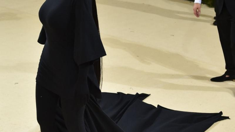 Kim Kardashian a ales să poarte o ținută elegantă de culoare neagră