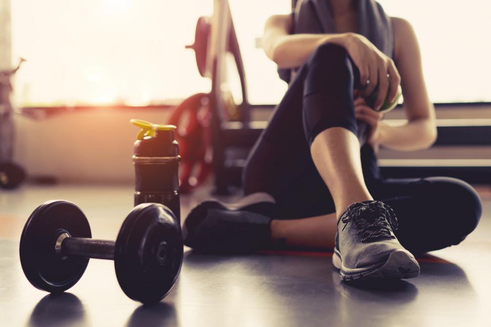 """Niki Zoumpouli e mama care își folosește bebelușul pe post de """"greutate"""" ca să facă exerciții fizice și să se mențină în formă"""