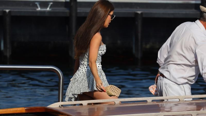 Tamara a purtat o rochie foarte scurtă, asimetrică în partea de jos. În zona bustului, rochie cu buline avea un decolteu în formă de inimă, susținut de două bretele subțiri