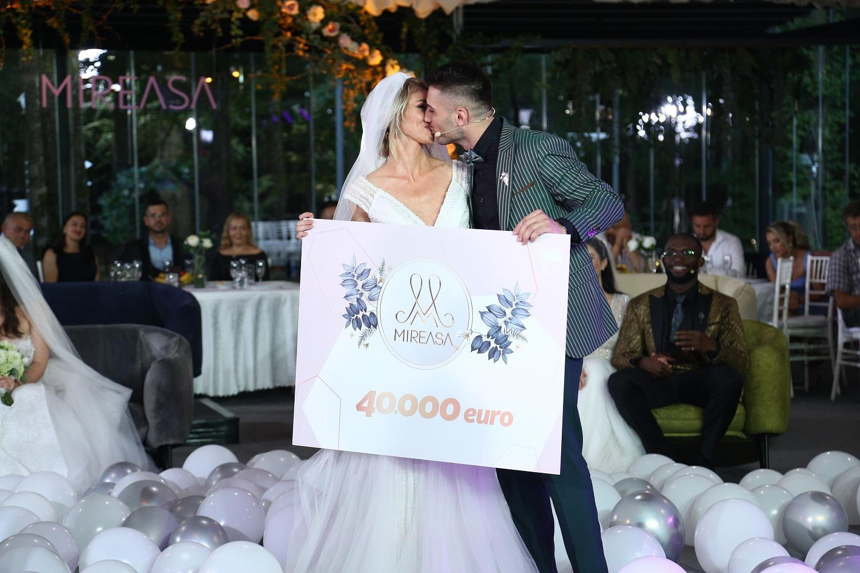 Liviu și Maria se sărută la nuntă