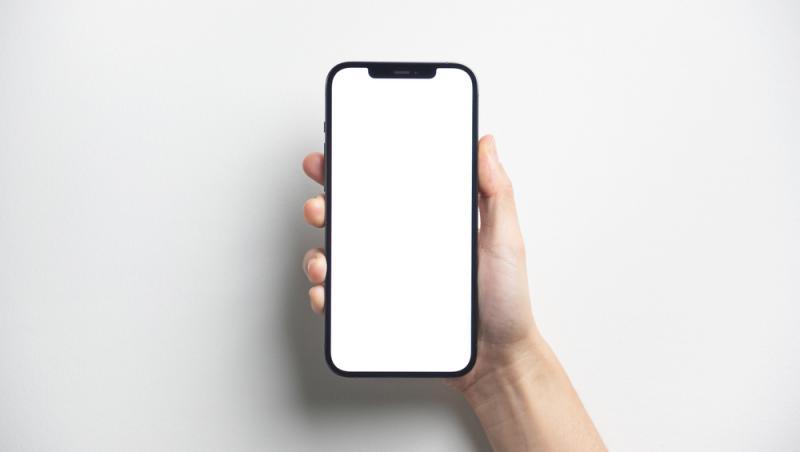 iphone-cu-ecran-alb-in-mana-cuiva