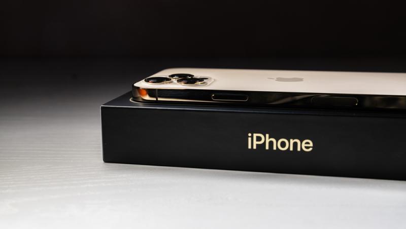 iphone-alb-deasupra-unei-cutii-iphone-negre