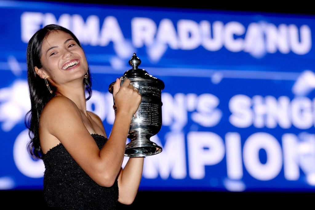 Emma Răducanu, într-o rochie neagră, cu trofeul US Open