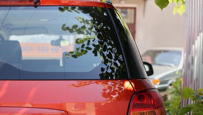 imagine cu o masina de culoare rosie