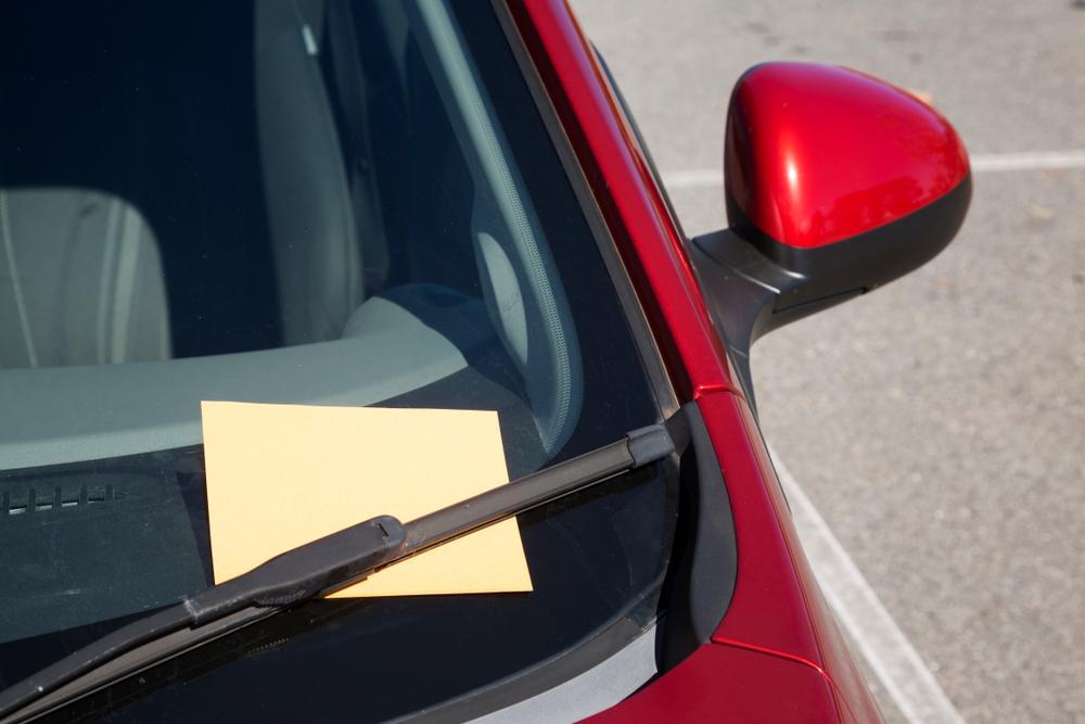 Un șofer a găsit un bilet lăsat pe geamul mașinii. Când l-a citit, acesta a exultat de fericire. Ce mesaj neașteptat a primit