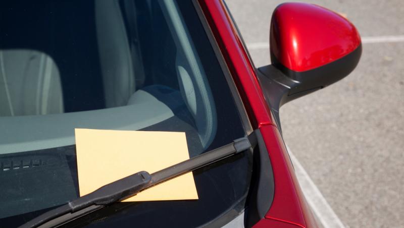 Un șofer a găsit un bilet lăsat în geamul mașinii sale