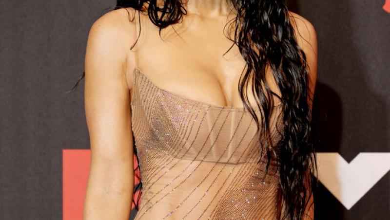 Megan Fox într-o rochie transparentă, cu lenjeria intimă la vedere