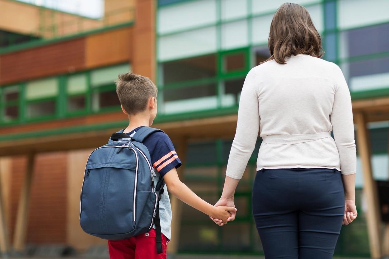 imagine cu un băiat și mama lui