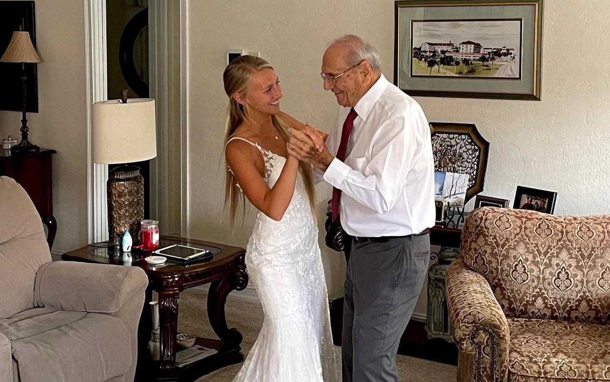 Mireasa si bunicul ei, la dans