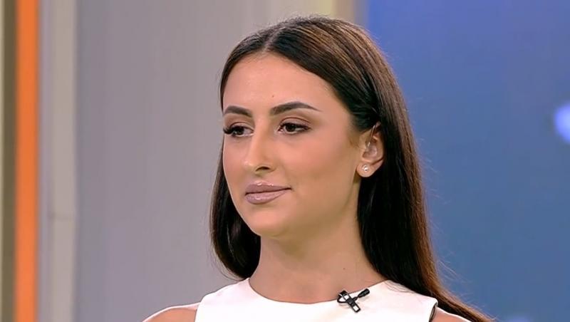 Bianca Ciuraru zâmbește în platoul Acces Direct