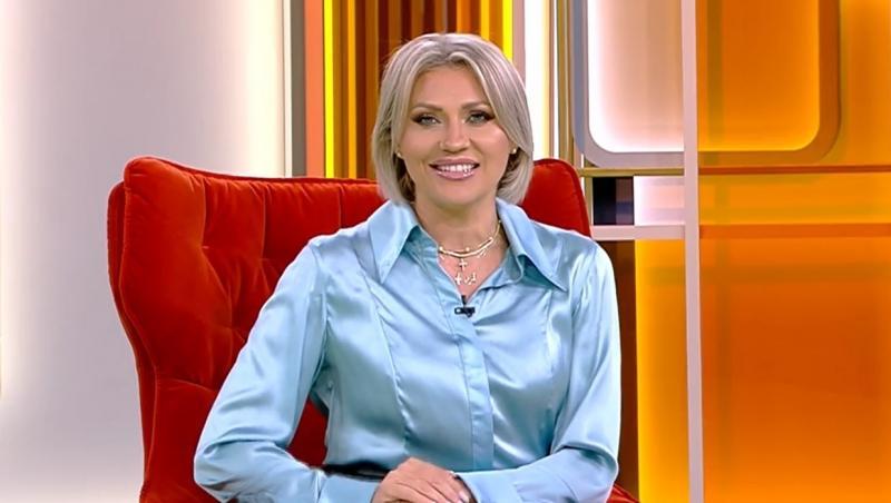 Mirela Vaida într-o cămașă albastră