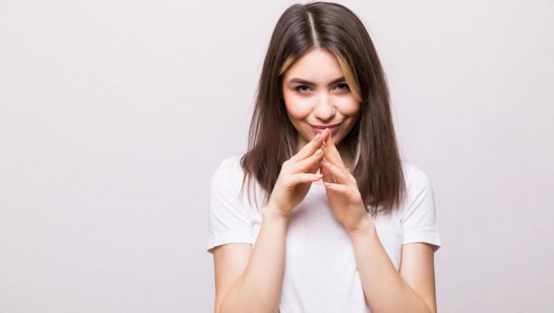 imagine cu o femeie tinand mainile impreunate