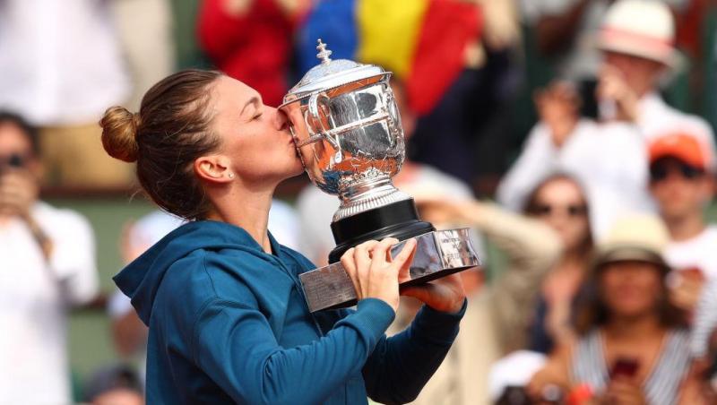 Simona Halep sărută trofeul