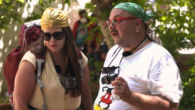 mihai dan zaruf cu un tricou alb, ochelari de soare și cu lorelei bratu pe drumul imparatilor la asia express