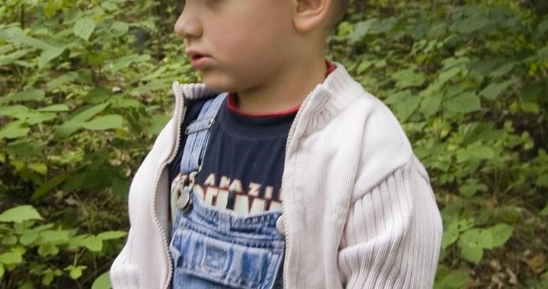 """Doi părinți și-au pierdut copilul, dar când au privit pozele polițiștilor au văzut ce """"minune"""" a apărut lângă băiat. Ce a urmat"""