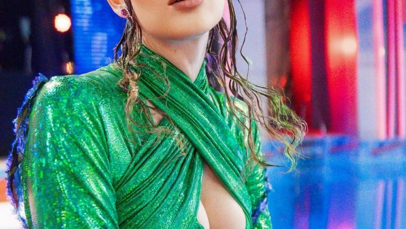 Iulia Albu într-o rochie verde cu decolteu