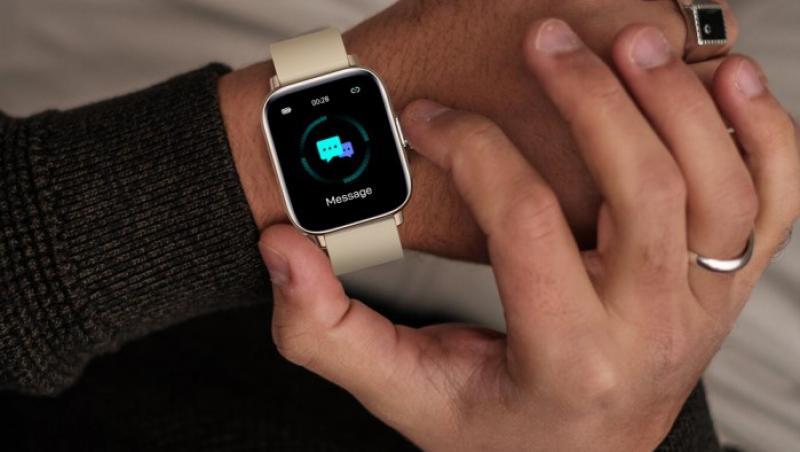 Un smartwatch pe mâna unui bărbat