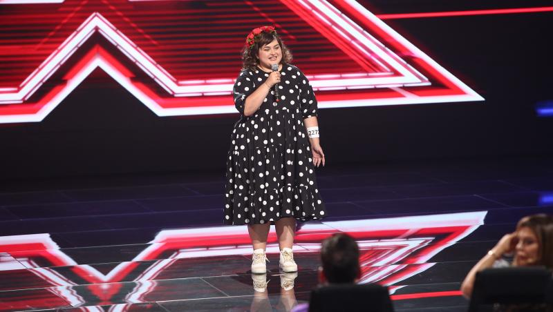 Ariana Gălbenuș cantand pe scena x factor