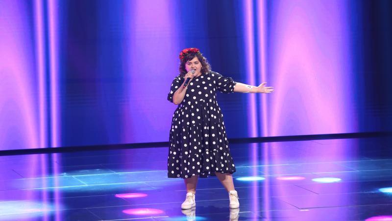 Ariana Gălbenuș intr-o rochie cu buline pe scena x factor