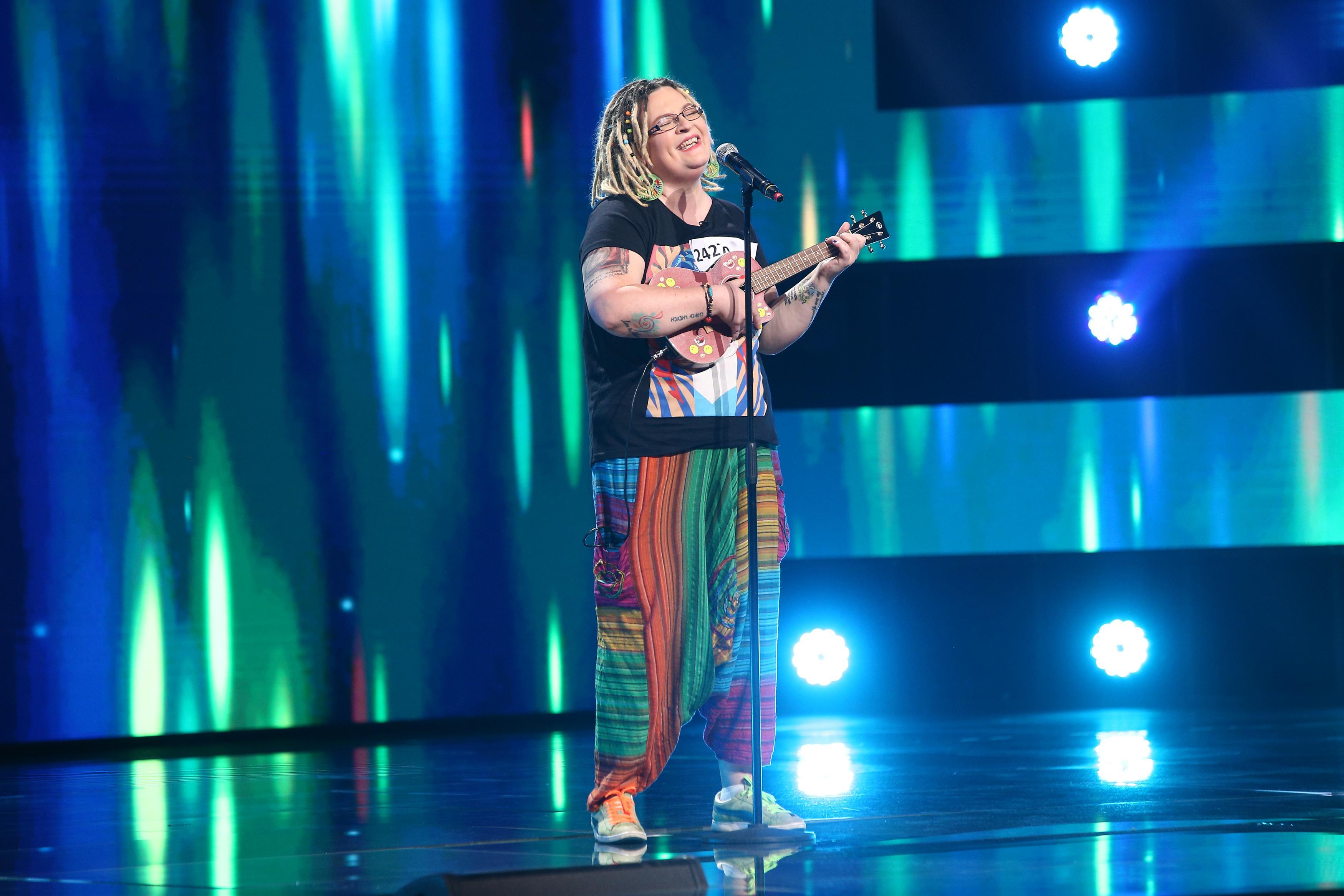 """X Factor 2021, 17 septembrie. Nora Deneș a cântat piesa """"Man Down"""" a Rihannei la ukulele și a fermecat juriul instant"""