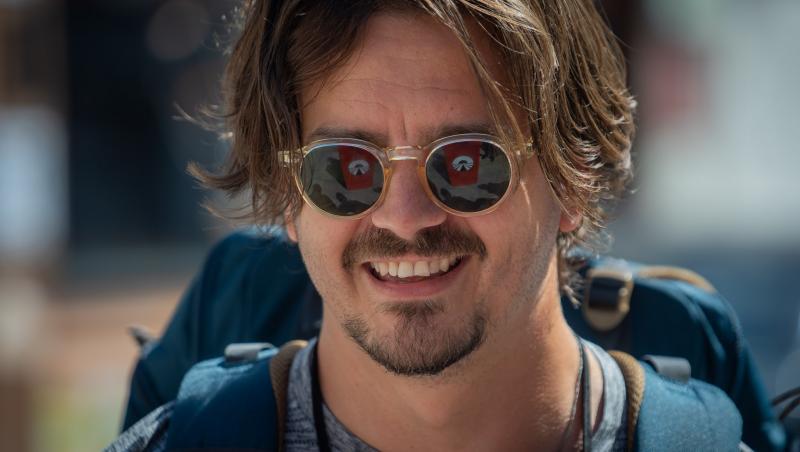 Mihai Petre cu ochelari de soare, zâmbește
