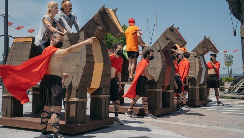 Cele trei echipe de la Jocul de Amuletă urcați pe câte un cal troian