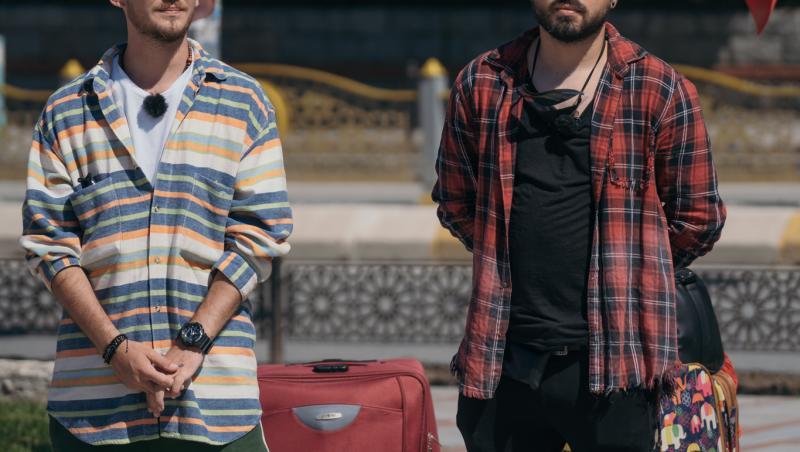 Cuza și Emi cu bagajele în spatele lor