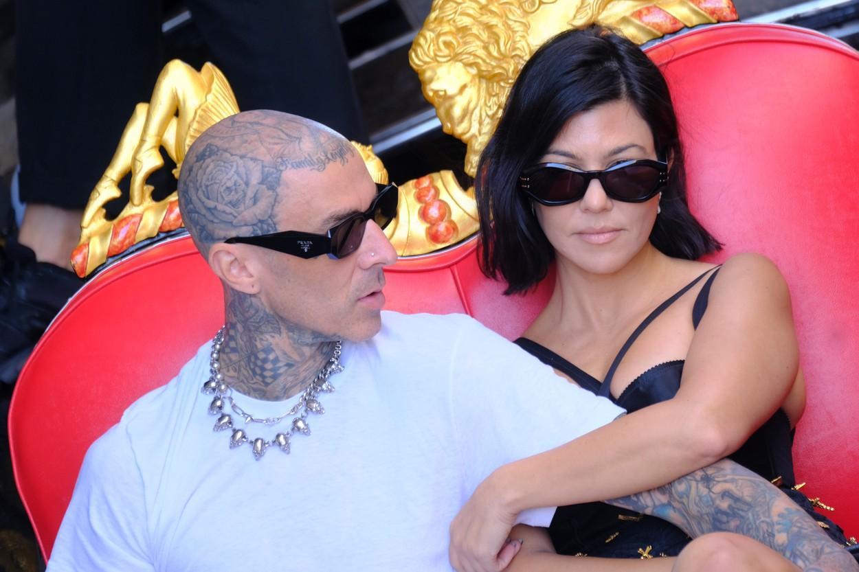 Kourtney Kardashian și Travis Barker, în tandrețuri pe iacht. Cum au fost fotografiați în Liguria, Italia