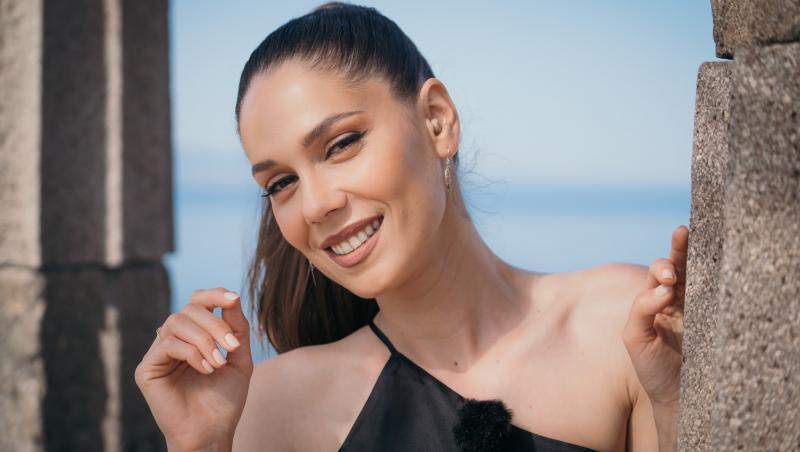 Irina Fodor într-o rochie neagră cu bretea doar pe un umăr