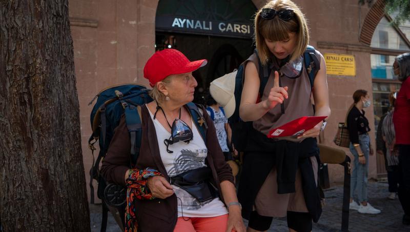 Alexandra Ungureanu și mama ei citesc un mesaj din plic