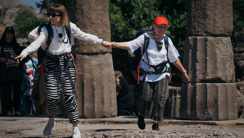 Alexandra Ungureanu și mama ei se țin de mână
