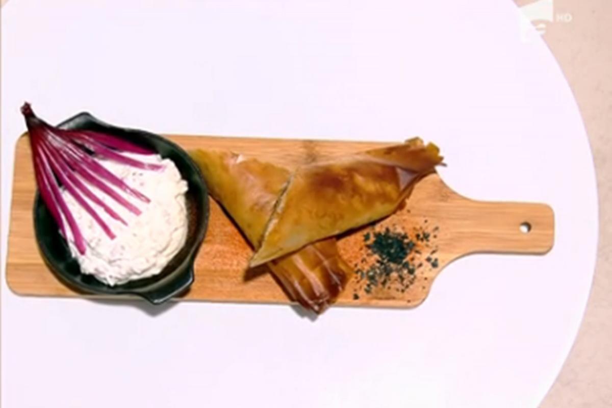Rețeta zilei la Super Neatza, 20 septembrie 2021. Plăcintă cu ceafă de porc servită cu sos de iaurt și cremă de brânză