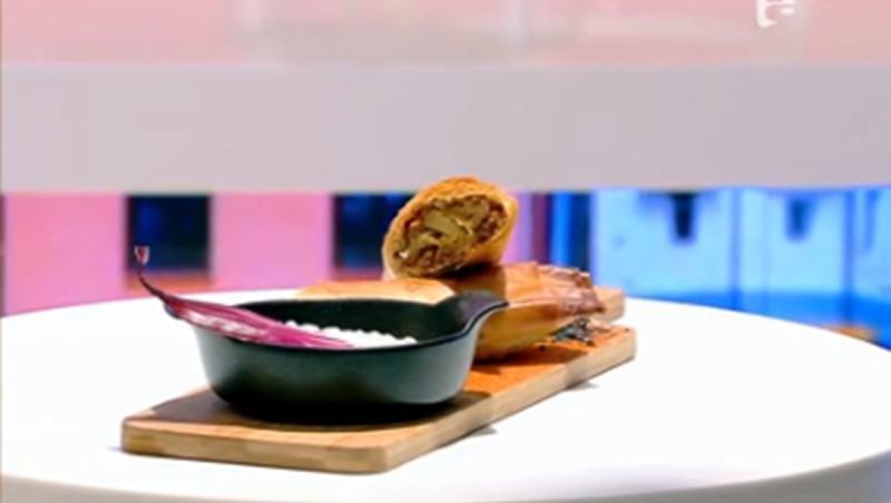 Ceapa roșie adăugată în sosul de iaurt cu cremă de brână conferă acestuia un plus de culoare și savoare