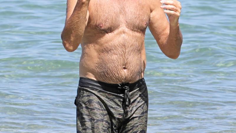 pierce brosnan la plajă, la 68 de ani