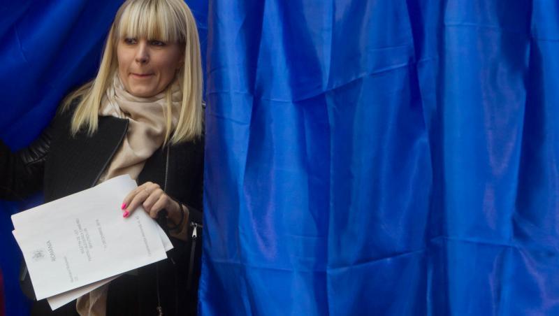 Elena Udrea, surprinsă la cabina de votare