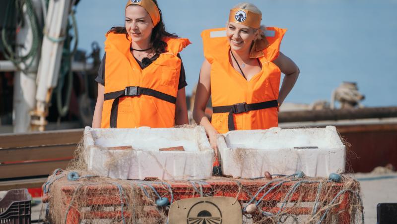 Lidia Buble și Estera cu veste de salvare pe ele