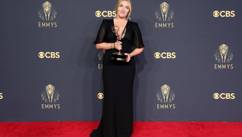Kate Winslet, imbracata intr-o rochie neagra