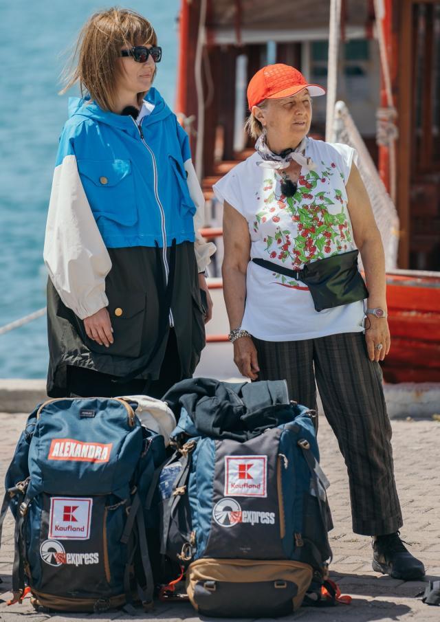 Alexandra Ungureanu și mama ei cu rucsacele la picioare