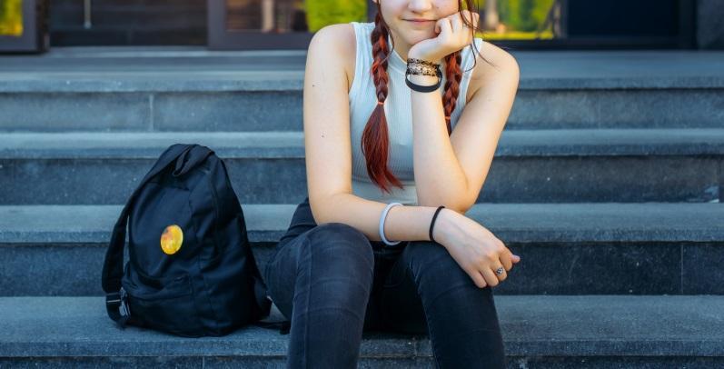 O elevă a fost trimisă acasă din cauza pantofilor cu care și-a făcut apariția la cursuri. Cu ce s-a încălțat tânăra, de fapt