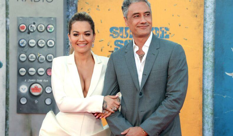 Rita Ora și Taika Waititi, surprinși în ipostaze tandre. Au fost fotografiați în public după ce s-a zvonit că s-au logodit