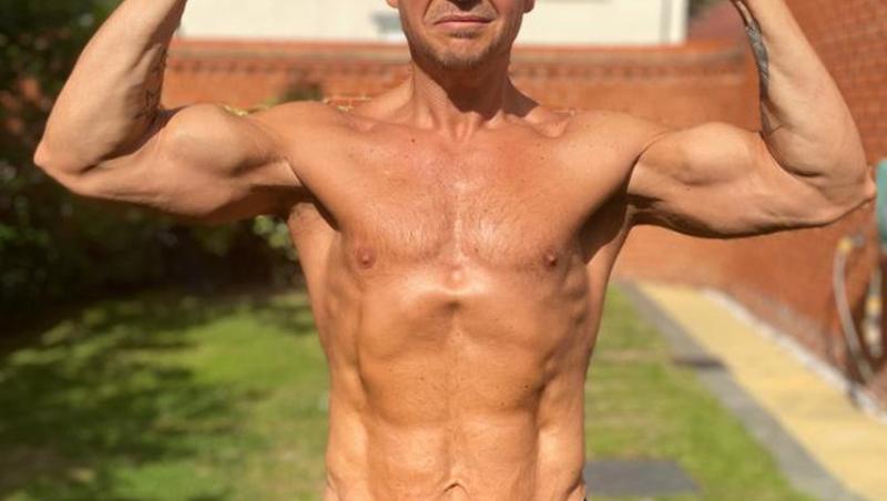 Scott Ross, cu muschi si abdomen plat