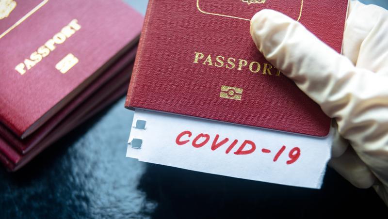 pasaport tinut cu manusa cu test de covid 19