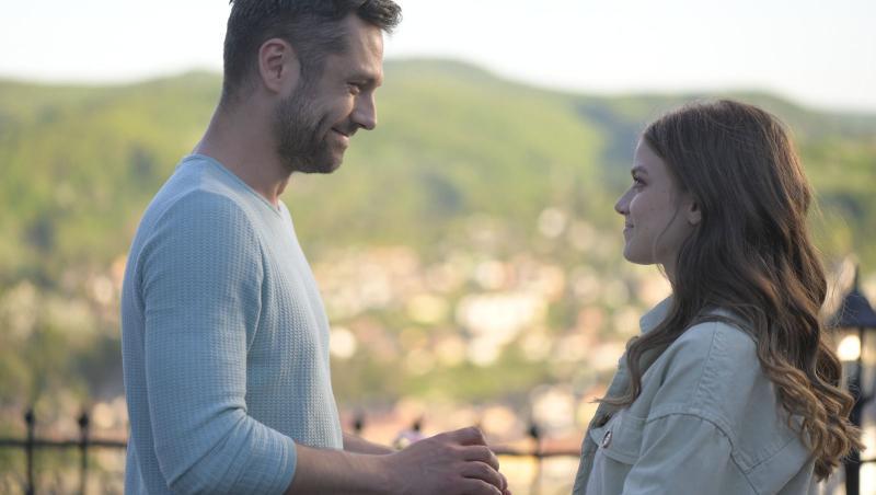 Adela și Mihai, în Sighisoara, tinandu-se de mana