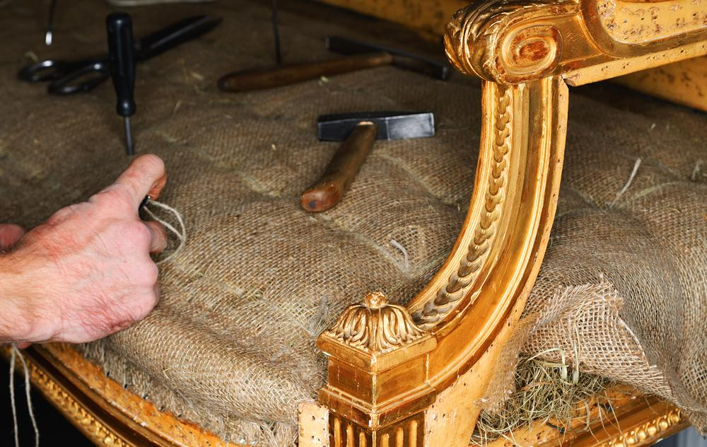 Un bărbat a vrut să repare o canapea, dar a dat peste o scrisoare veche de 52 de ani, scrisă de o elevă. Ce detaliu l-a uluit