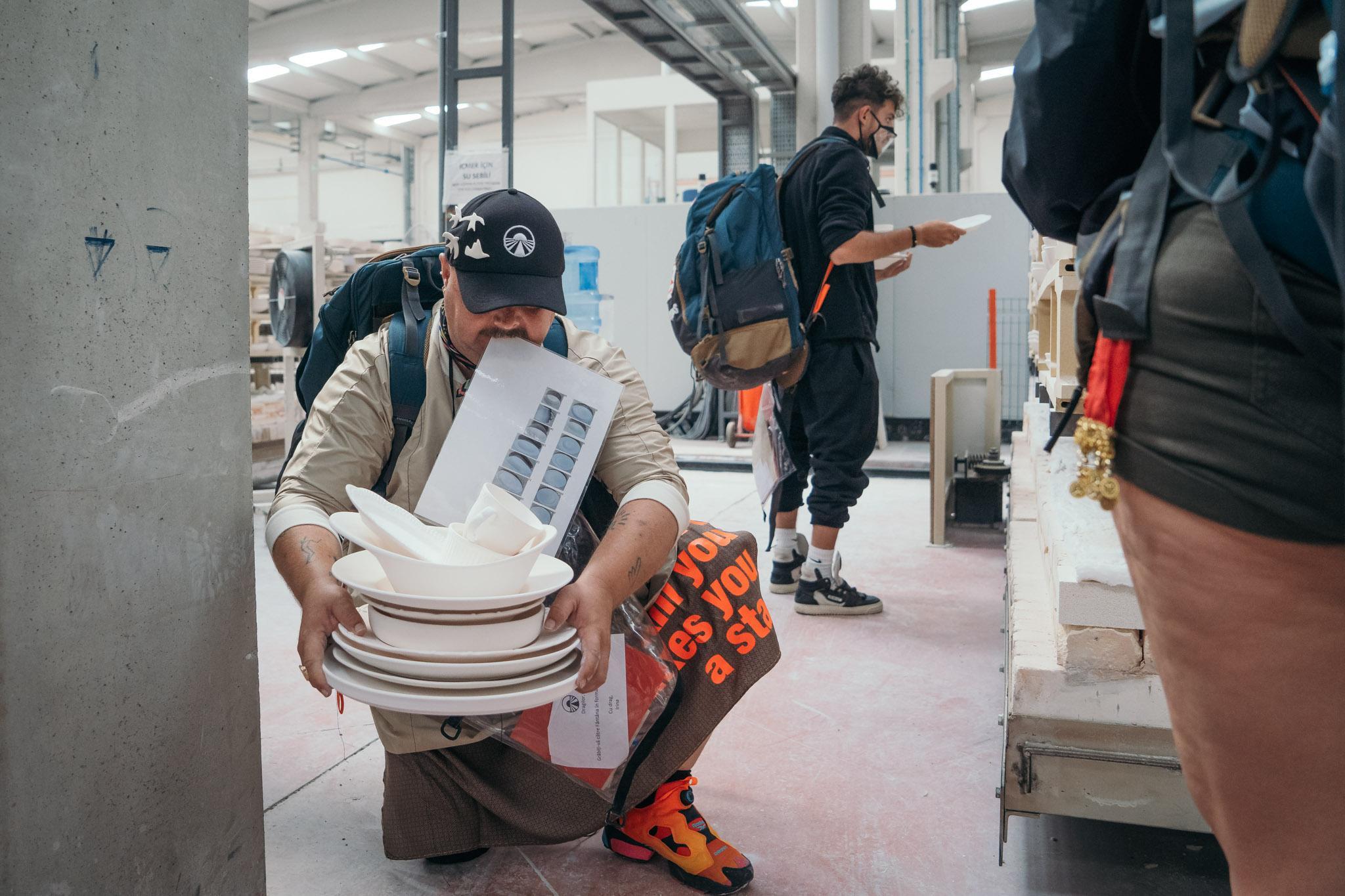 Asia Express, 27 septembrie. Concurenții au avut de găsit farfurii într-o fabrică de ceramică imensă. Cum s-au descurcat