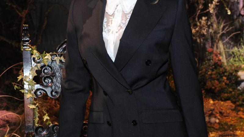 iulia-albu-costum-negru-zâmbește