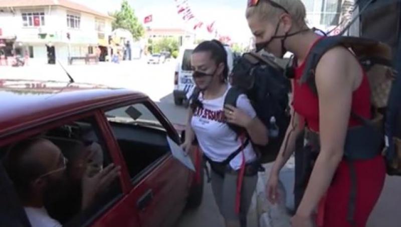 jurnal de asia, concurenții urmăriți de poliție, două concurente în fata mașinii
