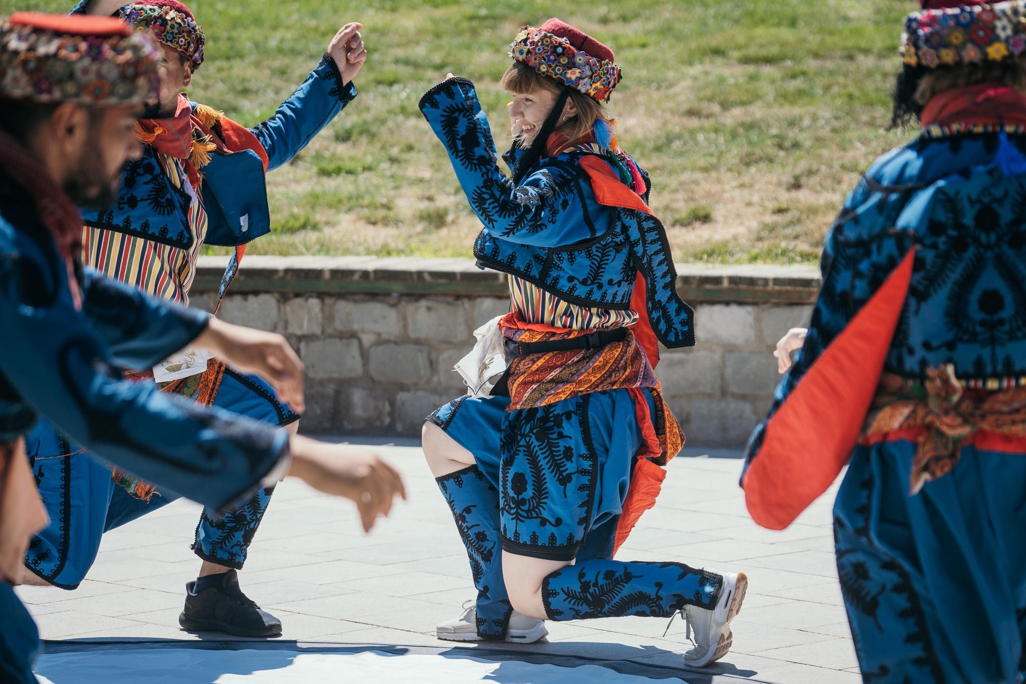 Asia Express, 29 septembrie 2021. Concurenții au dansat, îmbrăcați în costume tradiționale