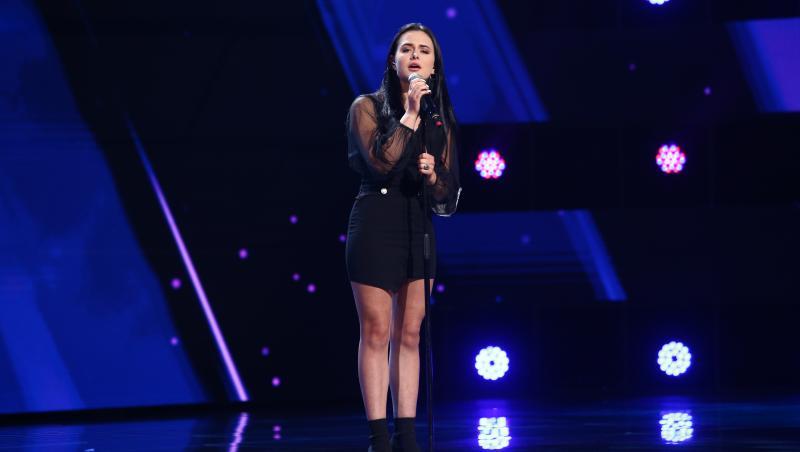 sofia cagno pe scena X Factor 2021 imbracata complet in negru