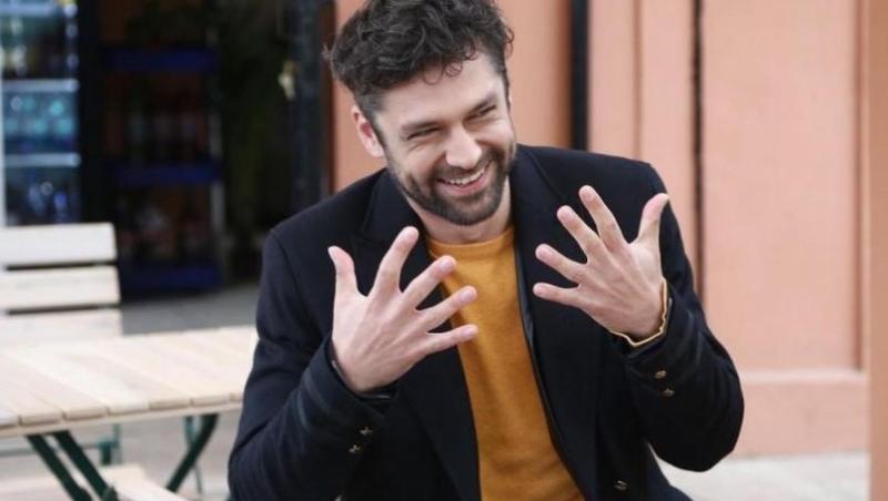 Alecsandru Duneav în sacou negru și tricou muștar